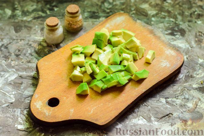 Фото приготовления рецепта: Салат с кальмарами, авокадо, болгарским перцем и огурцом - шаг №3