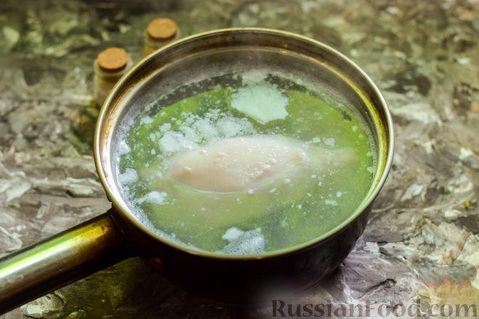 Фото приготовления рецепта: Салат с кальмарами, авокадо, болгарским перцем и огурцом - шаг №5