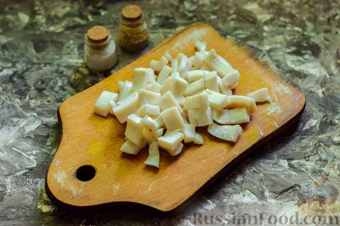 Фото приготовления рецепта: Салат с кальмарами, авокадо, болгарским перцем и огурцом - шаг №6