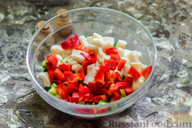 Фото приготовления рецепта: Салат с кальмарами, авокадо, болгарским перцем и огурцом - шаг №8