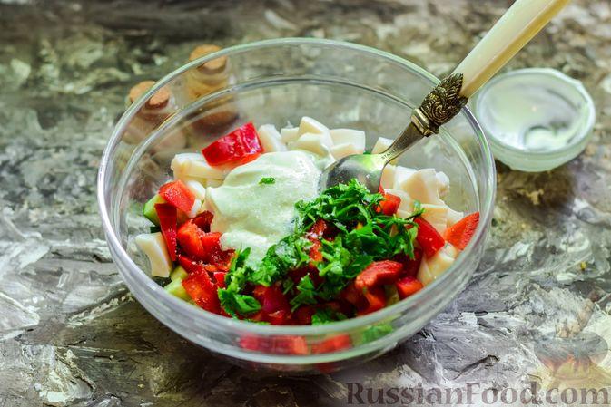 Фото приготовления рецепта: Салат с кальмарами, авокадо, болгарским перцем и огурцом - шаг №9