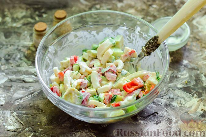 Фото приготовления рецепта: Салат с кальмарами, авокадо, болгарским перцем и огурцом - шаг №10