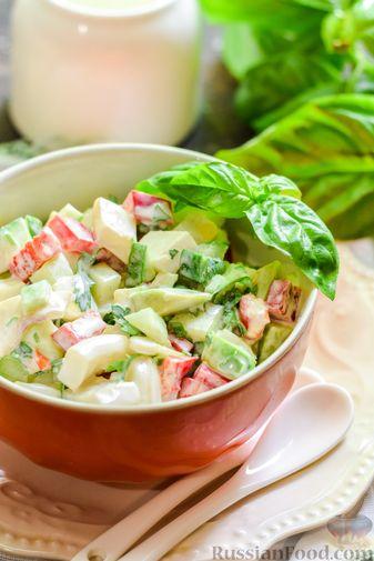Фото приготовления рецепта: Салат с кальмарами, авокадо, болгарским перцем и огурцом - шаг №11
