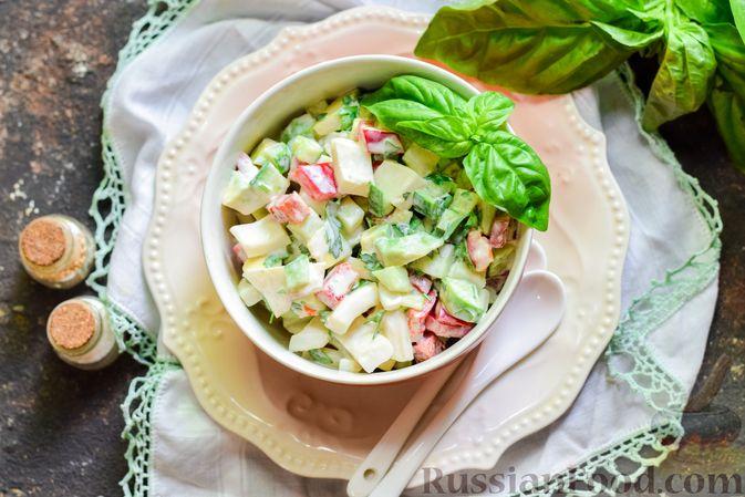 Фото приготовления рецепта: Салат с кальмарами, авокадо, болгарским перцем и огурцом - шаг №12