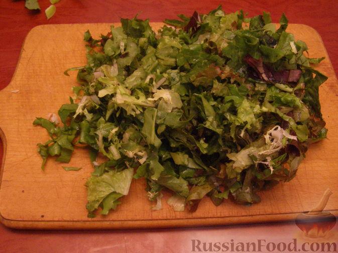 Фото приготовления рецепта: Салатный микс с яйцом и авокадо - шаг №1