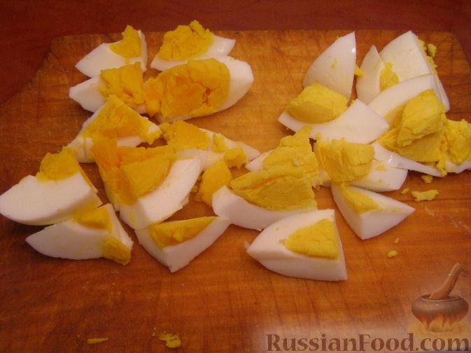Фото приготовления рецепта: Салатный микс с яйцом и авокадо - шаг №2