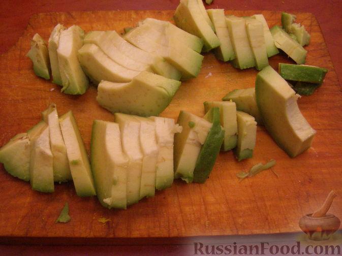 Фото приготовления рецепта: Салатный микс с яйцом и авокадо - шаг №3