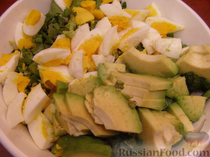 Фото приготовления рецепта: Салатный микс с яйцом и авокадо - шаг №4
