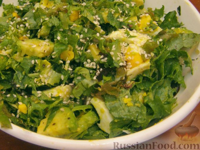 Фото приготовления рецепта: Салатный микс с яйцом и авокадо - шаг №6