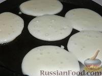 Фото приготовления рецепта: Пышные оладьи на молоке - шаг №8