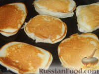 Фото приготовления рецепта: Пышные оладьи на молоке - шаг №9
