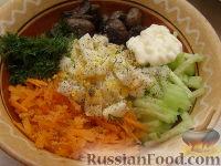 Фото приготовления рецепта: Салат с пикантными шампиньонами - шаг №9