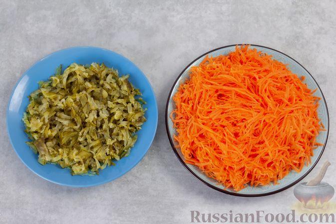 Фото приготовления рецепта: Намазка из жареных малосольных огурцов и моркови - шаг №2