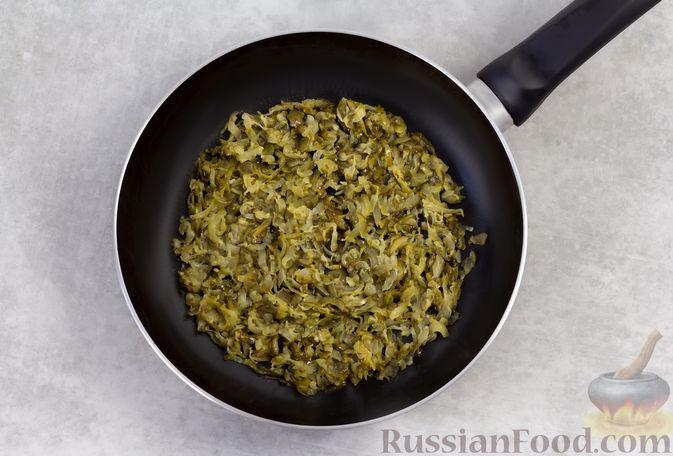 Фото приготовления рецепта: Намазка из жареных малосольных огурцов и моркови - шаг №3