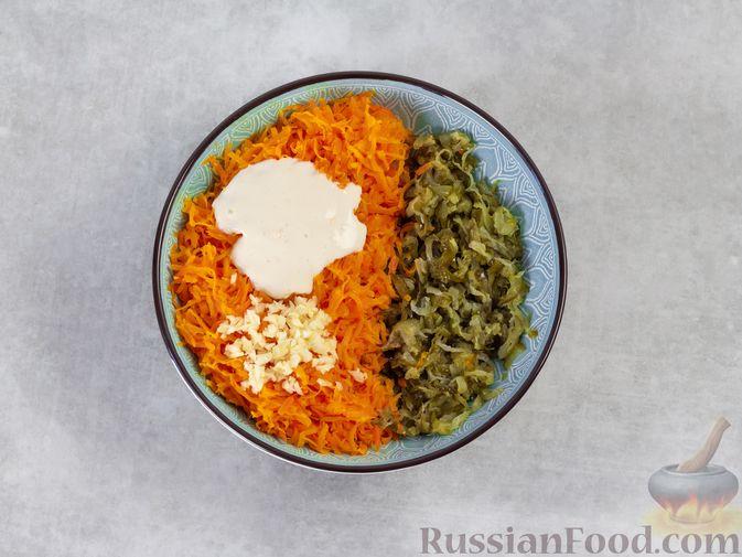 Фото приготовления рецепта: Намазка из жареных малосольных огурцов и моркови - шаг №5