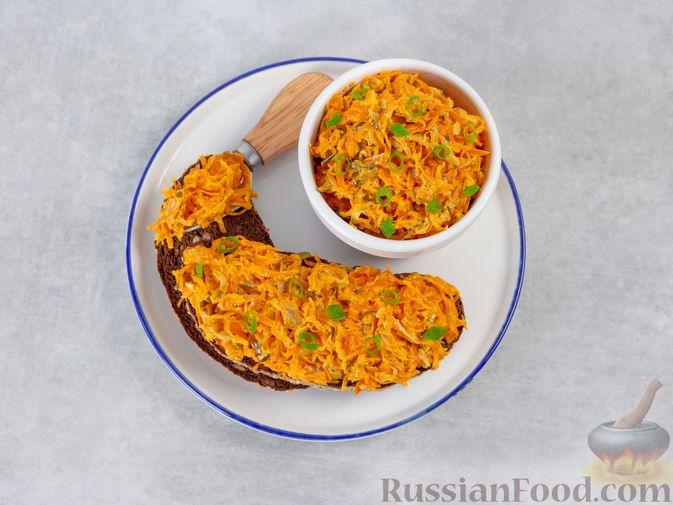 Фото приготовления рецепта: Намазка из жареных малосольных огурцов и моркови - шаг №7