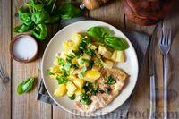 Фото к рецепту: Свиные отбивные, запечённые с молодой картошкой и кабачками