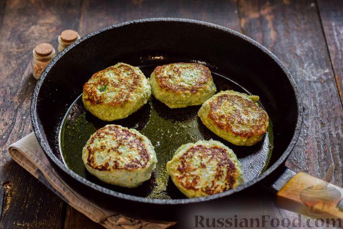 Фото приготовления рецепта: Куриные котлеты с брокколи - шаг №8