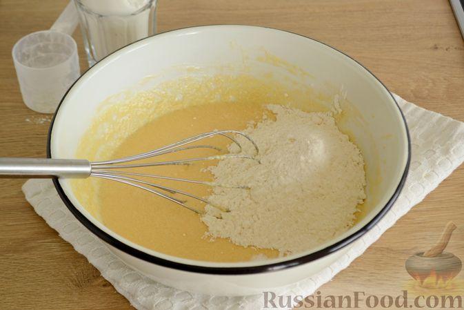 Фото приготовления рецепта: Пирог с персиками, на сметане - шаг №4