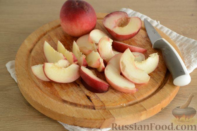 Фото приготовления рецепта: Пирог с персиками, на сметане - шаг №7