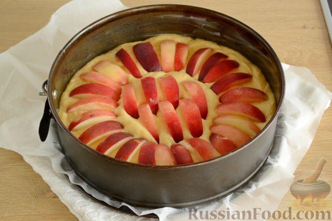 Фото приготовления рецепта: Пирог с персиками, на сметане - шаг №8