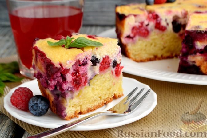 Фото приготовления рецепта: Творожный пирог с ягодами - шаг №15
