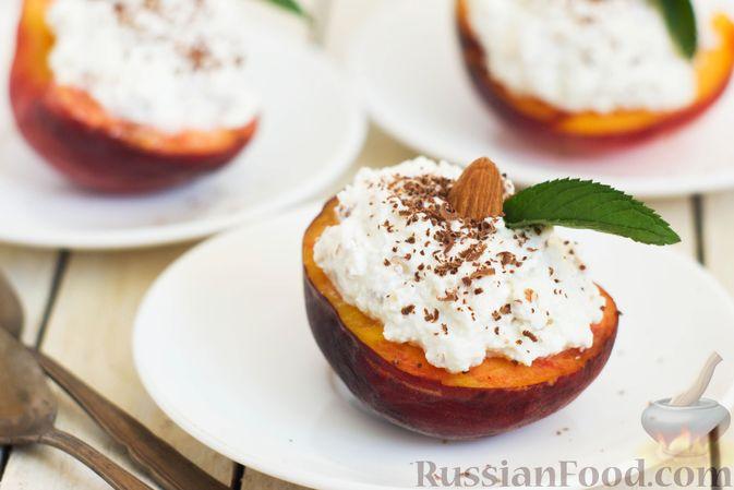 Фото к рецепту: Персики с творожной-йогуртовой начинкой и миндалём