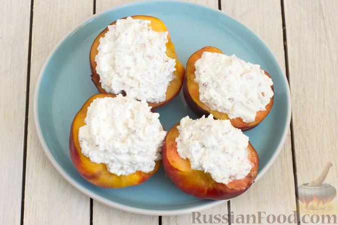 Фото приготовления рецепта: Персики с творожной-йогуртовой начинкой и миндалём - шаг №6
