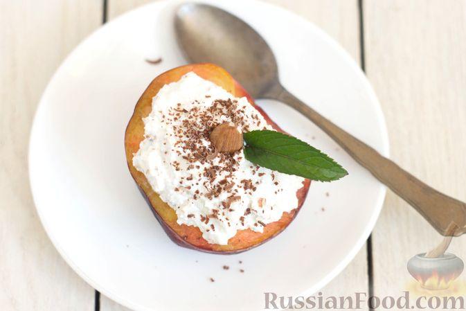 Фото приготовления рецепта: Персики с творожной-йогуртовой начинкой и миндалём - шаг №7