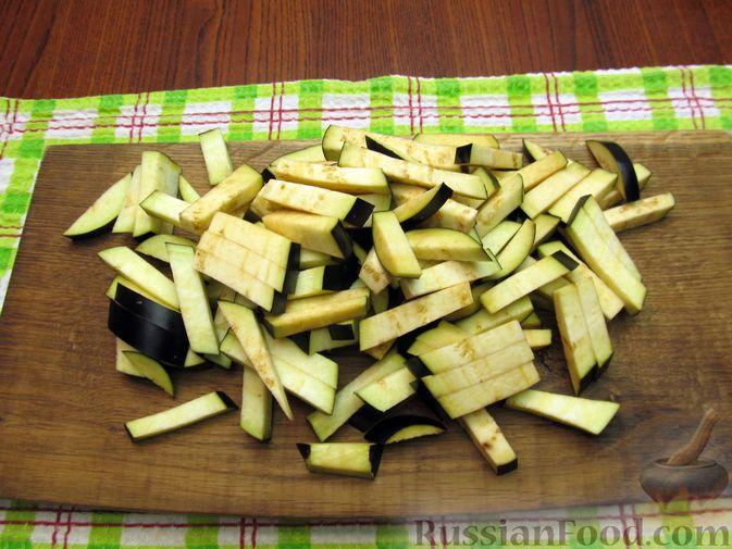 Фото приготовления рецепта: Салат с баклажанами, помидорами, орехами и брынзой - шаг №2
