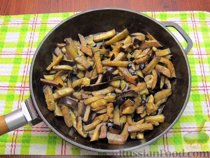 Фото приготовления рецепта: Салат с баклажанами, помидорами, орехами и брынзой - шаг №3