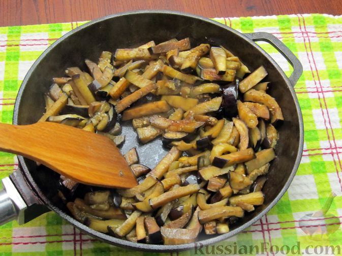Фото приготовления рецепта: Салат с баклажанами, помидорами, орехами и брынзой - шаг №4