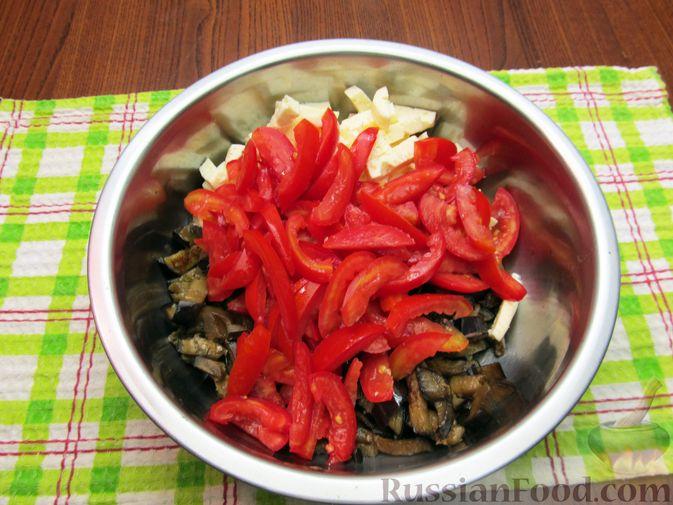 Фото приготовления рецепта: Салат с баклажанами, помидорами, орехами и брынзой - шаг №8