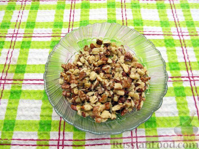 Фото приготовления рецепта: Салат с баклажанами, помидорами, орехами и брынзой - шаг №7
