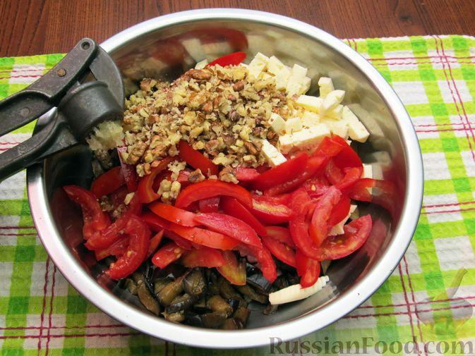 Фото приготовления рецепта: Салат с баклажанами, помидорами, орехами и брынзой - шаг №9