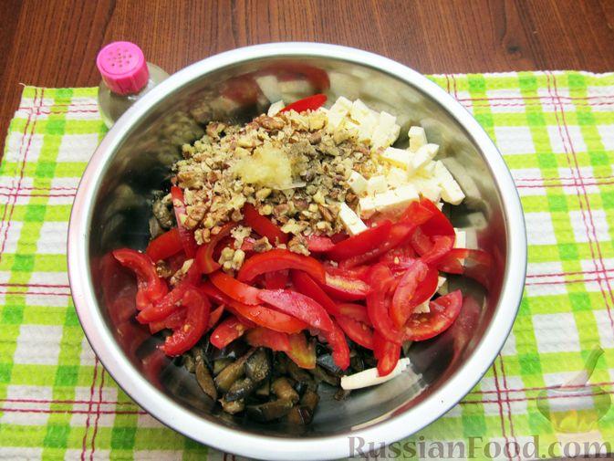 Фото приготовления рецепта: Салат с баклажанами, помидорами, орехами и брынзой - шаг №10