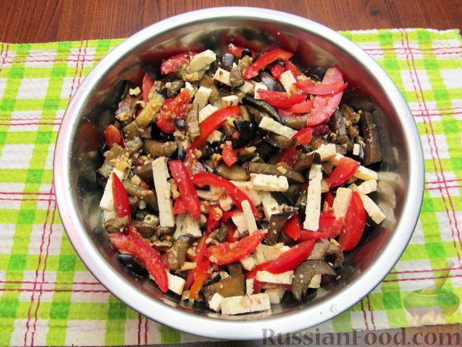 Фото приготовления рецепта: Салат с баклажанами, помидорами, орехами и брынзой - шаг №11