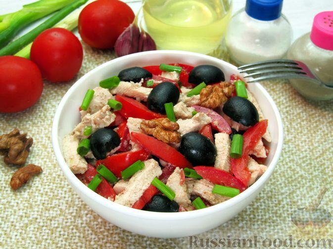Фото к рецепту: Салат с курицей, помидорами, маслинами и грецкими орехами