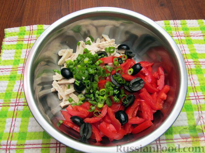 Фото приготовления рецепта: Салат с курицей, помидорами, маслинами и грецкими орехами - шаг №8