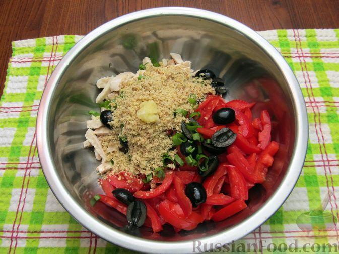 Фото приготовления рецепта: Салат с курицей, помидорами, маслинами и грецкими орехами - шаг №9
