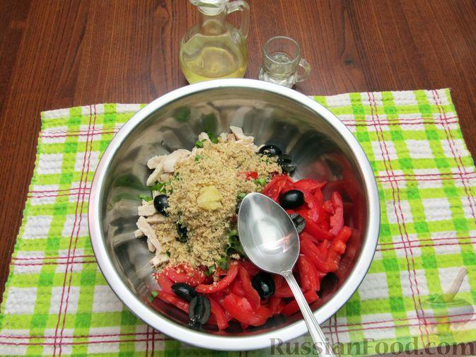 Фото приготовления рецепта: Салат с курицей, помидорами, маслинами и грецкими орехами - шаг №10