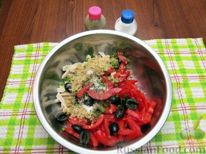 Фото приготовления рецепта: Салат с курицей, помидорами, маслинами и грецкими орехами - шаг №11