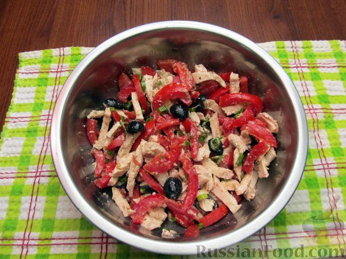 Фото приготовления рецепта: Салат с курицей, помидорами, маслинами и грецкими орехами - шаг №12