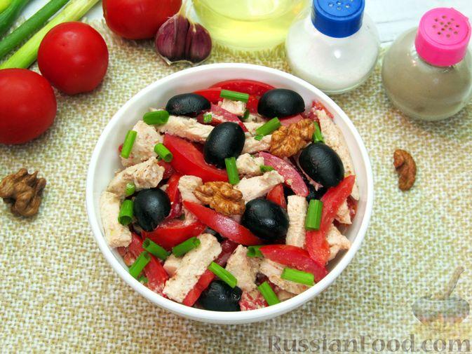 Фото приготовления рецепта: Салат с курицей, помидорами, маслинами и грецкими орехами - шаг №13