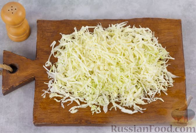 Фото приготовления рецепта: Капустный салат с крыжовником, помидором и огурцом - шаг №2