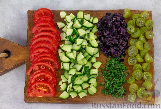 Фото приготовления рецепта: Капустный салат с крыжовником, помидором и огурцом - шаг №3
