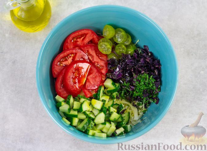Фото приготовления рецепта: Капустный салат с крыжовником, помидором и огурцом - шаг №4