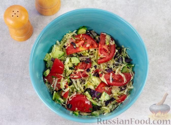 Фото приготовления рецепта: Капустный салат с крыжовником, помидором и огурцом - шаг №5