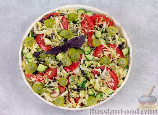 Фото приготовления рецепта: Капустный салат с крыжовником, помидором и огурцом - шаг №6