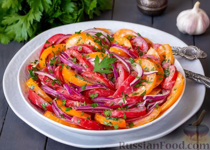 Фото к рецепту: Салат из помидоров с красным луком и йогуртом